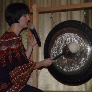 wykład o misach dźwiękowych i gongach w Domu Kultury Stokrotka
